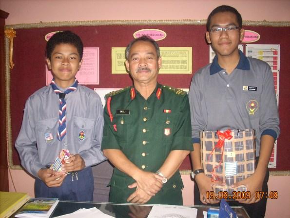 Dari kiri Mohd. Hazwan, Tuan Pengetua En. Misli Rosbadi dan Afiq Syahmi dengan hadiah kemenangan masing-masing.