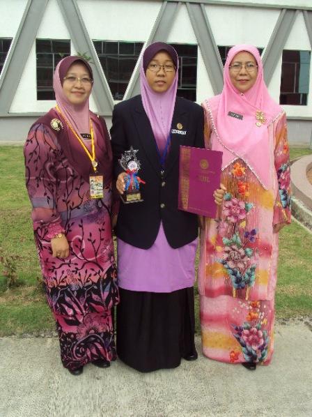 Saudari Maizatul Azwa memenangi Johan bagi Kategori Jejak Maklumat bersama Pn. Hjh. Noriah binti Nasir, Pengetua SMKDS (kanan) dan guru pembimbing Pn. Zalina binti Amat Rosman (kiri).